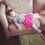 6 isadora endormie en descendant du canapé