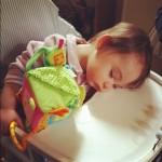 isadora endormie sur chaise haute