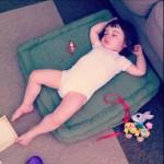 isadora endormie sur coussin vert