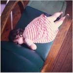 isadora endormie sur fauteuil vert