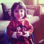 Isadora contente avec son cake pop