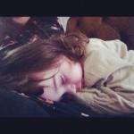 Isadora dort sur maman