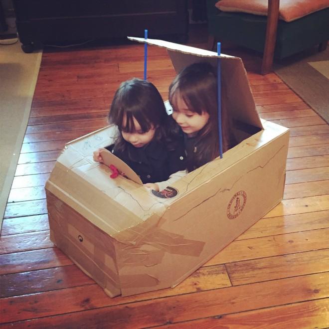 diy la voiture en carton ou comment recycler un colis de no l pour faire diversion la. Black Bedroom Furniture Sets. Home Design Ideas